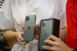 Bóc hộp chiếc iPhone 11 Pro Max bản xanh rêu đang 'hot' ở Hà Nội