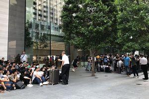 Hàng nghìn tín đồ Apple xếp hàng mua iPhone mới ra mắt trên toàn cầu