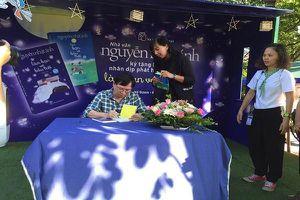 'Fan cứng' của nhà văn Nguyễn Nhật Ánh đợi xin chữ ký từ 10 giờ tối hôm trước