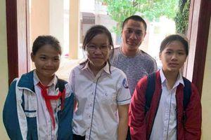 Tuyên dương 3 em học sinh Quảng Trị nhặt được ví tiền, trả lại cho phụ xe đánh rơi