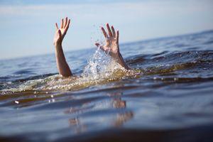 Tắm biển bị sóng cuốn khiến một nữ sinh tử vong, một nam sinh mất tích