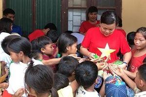 Sẻ chia với người dân và học sinh nghèo vùng mưa lũ miền Trung