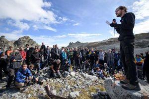 Lạ lùng: Hàng trăm người mặc đồ đen 'tiễn biệt' sông băng