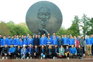 Đoàn đại biểu thanh niên Việt Nam dâng hoa tại tượng đài Bác Hồ ở Matxcova