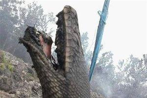'Rắn thần' giãy dụa thống khổ giữa biển lửa, dân hoang mang...