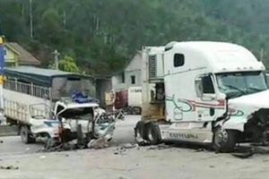 Ô tô tải nát đầu sau cú va chạm trực diện với xe container