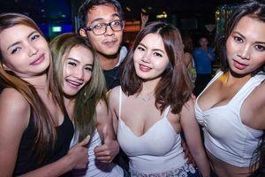 Bên trong các quán bar thiếu nữ bị bán vào để mua vui ở Thái Lan