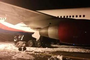 Máy bay xuất phát từ Cam Ranh cháy càng hạ cánh ở Nga, 49 người bị thương