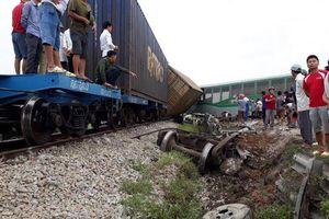 Clip ghi lại cảnh tàu hỏa đâm bay ô tô trên đường sắt Bắc Nam