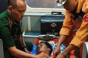 Cứu nạn khẩn cấp một ngư dân bị dây lưới quật vào người