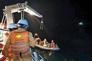 Cứu ngư dân bị dây lưới đứt quật vào người