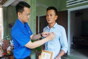 Trao huy hiệu Tuổi trẻ dũng cảm cho hai thanh niên cứu người