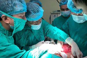 Giải thoát người phụ nữ Yên Bái khỏi khối u tuyến giáp nặng hơn 3kg mang suốt 20 năm