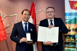 Thứ trưởng Ngoại giao Nguyễn Quốc Dũng nhận Huân chương Chữ thập do Nhà nước Hungary phong tặng