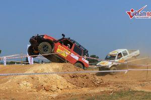 Những pha tranh tài 'nghẹt thở' ở giải đua ô tô địa hình lớn nhất Việt Nam