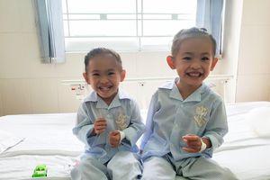 Hai bé song sinh được cứu sống nhờ tầm soát bệnh tim miễn phí