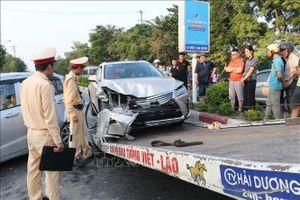 Xe Lexus tông đuôi ô tô Hyundai gây tai nạn liên hoàn, giao thông tắc nghẽn