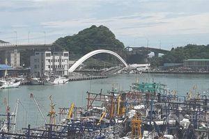 Cầu Đài Loan đổ sập, đè nát nhiều tàu đánh cá