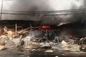 Hàng trăm ki-ốt tại chợ Còng cháy rụi trong đêm