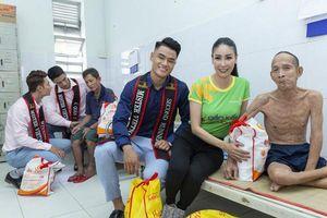 Hoa hậu Hà Kiều Anh cùng Quán quân Mister Việt Nam tặng quà người già neo đơn