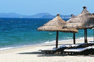 Tàu chở khách va chạm xà lan trên vịnh Nha Trang