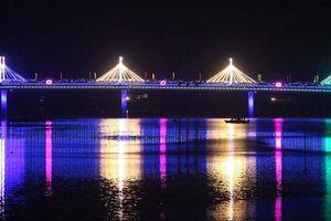 Ngắm cầu Thành Cổ đẹp lung linh trên 'dòng sông hoa lửa'