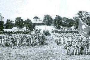 Lễ chào cờ đầu tiên trong ngày giải phóng Hà Nội