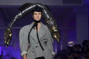 Ngán ngẩm với những phụ kiện kỳ quặc trên sàn diễn thời trang