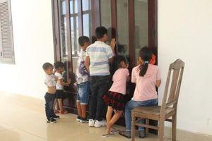 Những đứa trẻ ngóng mẹ cha trước phòng xử án