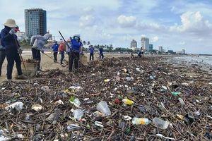 Rác 'tấn công' bãi biển ở Vũng Tàu