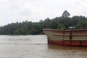 Trục vớt sà lan chở hơn 1.300 tấn than đá chìm xuống kênh Chợ Gạo