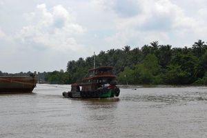 Chìm tàu chở 1.300 tấn than đá dưới kênh Chợ Gạo