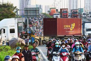 Xe container bịt kín cửa ngõ quan trọng nhất của TP.HCM