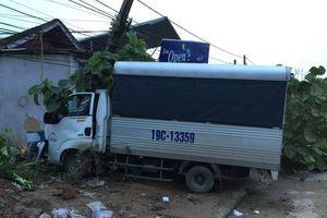 Yên Bái: Xe tải mất lái tông vào nhà dân