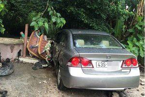 Honda Civic 4 chỗ đâm sập tường miếu Ông Hổ ở Sơn Trà, 2 người bị thương