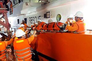 Cứu ngư dân bị tai nạn lao động trên biển