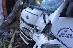 Xe tập lái đâm vào nhà dân, lái xe bị thương
