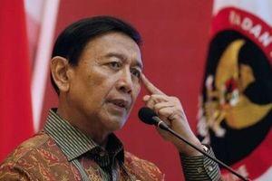 Vừa xuống xe, Bộ trưởng An ninh Indonesia bị đâm thẳng vào bụng