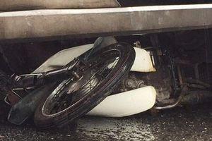 Đà Nẵng: Xe tải cuốn xe máy vào gầm, cụ bà 69 tuổi tử vong tại chỗ