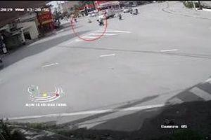 Học sinh vượt đèn đỏ bị ô tô tông ngất xỉu ở Hải Dương