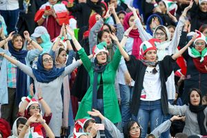 Nữ CĐV Iran khoe sắc trong lần đầu đi cổ vũ bóng đá