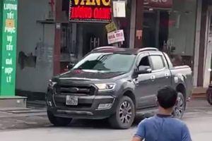 Thưởng 10 triệu đồng cho lái xe húc ngã tên cướp tiệm vàng tại Quảng Ninh