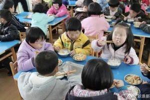Trường mẫu giáo bắt học sinh ăn trong nhà vệ sinh