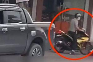 Lái xe bán tải kể lại khoảnh khắc lao xe vào đối tượng cướp tiệm vàng