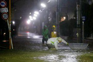 Siêu bão mạnh nhất 6 thập kỷ đổ bộ: 270.000 hộ dân Tokyo mất điện
