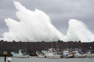 Hoang tàn trong siêu bão Hagibis, Nhật Bản 'oằn mình' hứng thêm động đất mạnh