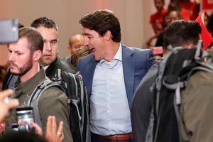 Thủ tướng Canada mặc áo chống đạn vận động tranh cử