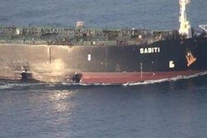 Iran hé lộ hình ảnh tàu dầu bị tên lửa đánh trúng gần Arab Saudi