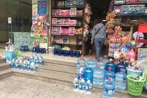 Nước sông Đà nhiễm dầu bẩn: Dân đổ xô mua nước bình, cửa hàng 'hốt bạc'