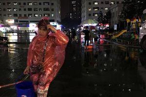 Dân Thủ đô lặn lội đêm hôm mưa gió xách từng xô nước về nhà